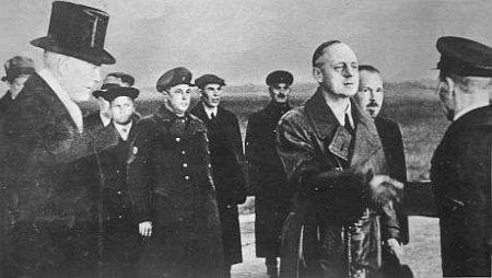 Рейхсминистр Риббентроп на аэродроме в Москве